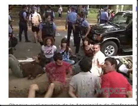 FireShot capture #606 - 'Vuelve a complicarse el conflicto en la UPR ___ WAPA_tv' - www_wapa_tv_noticias_locales_vuelve-a-complicarse-el-conflicto-en-la-upr_20110209154115